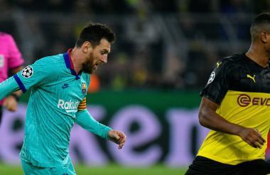 Lionel Messi disputa un balón con un contrincante.