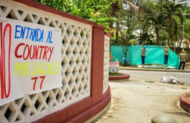 Con carteles los vecinos han protestado por la obra.
