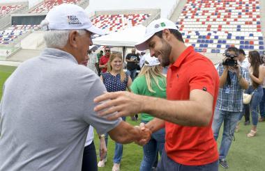 El uruguayo Sebastián Viera saluda a su técnico, Julio Comesaña, este martes en el estadio Romelio Martínez.
