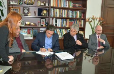 El senador Gustavo Bolívar durante la firma del proyecto.