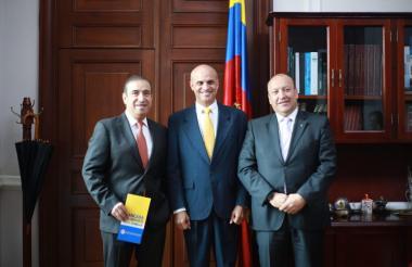 Juan Carlos Restrepo, presidente de Asojuegos; Mauricio Parodi, representante a la Cámara; y Evert Montero, presidente de Fecoljuegos.
