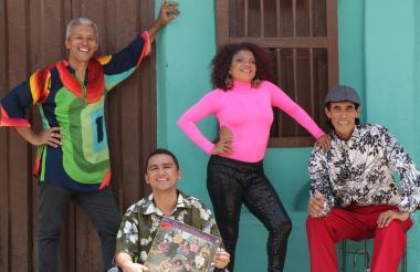 Óscar Pájaro, Camilo Gándara, Jessica Ardila y Willie 'Salsita', posan en una esquina del Barrio Abajo.