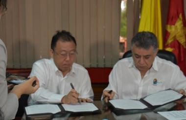 Li Guoliang, vicepresidente del Comité Provincial de Hainán, de la Conferencia Consultativa Popular.y el gobernador de Sucre, Édgar Martínez.