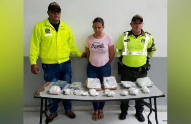 La mujer con la droga que le fue incautada en el barrio Galán.