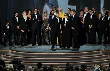 El equipo de producción y actores de  'Juego de Tronos' en la entrega de los Premios Emmy el año pasado.