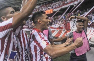 Teófilo Gutiérrez celebrando su anotación con la hinchada de la tribuna de norte, junto a Stiwart Acuña.
