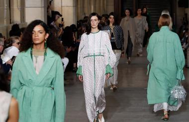 Modelos luciendo la nueva colección de Mame Kurogouchi en París.