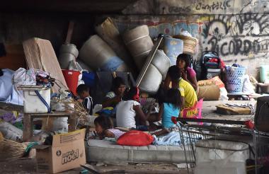 Las familias de una etnia venezolana viven en la parte de abajo del puente de la Murillo con Circunvalar.
