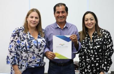 La representante Martha Villalba, con el candidato Ángel Moreno y la diputada Karina Llanos, el día de la entrega de los avales por parte del Partido de la U.