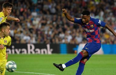 El delantero de Guinea-Bissau Ansu Fati patea la pelota durante el partido de fútbol de la liga española entre su equipo el Barcelona y el Villarreal CF en el estadio Camp Nou.