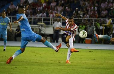 Stiwart Acuña saca un remate al arco ante la marca de un defensor rival, en el triunfo 3-0 frente a Jaguares.