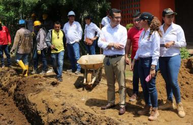 El vicecontralor general Ricardo Rodríguez  y la contralora Delegada Martha Martínez. en las obras del acueducto del Carmen de Bolívar.