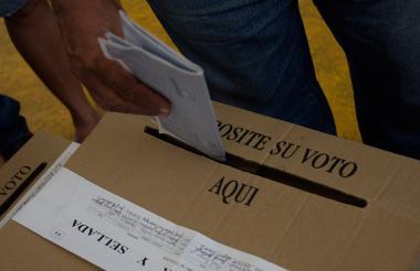 Un ciudadano deposita su voto en una urna en las pasadas elecciones.