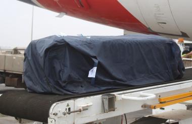 El ataúd que contiene el cuerpo del campeón yemení de Kung Fu, Hilal al-Haj, que se ahogó en el Mediterráneo, se descarga en el Aeropuerto Internacional de Adén en la segunda ciudad de Adén, Yemen.