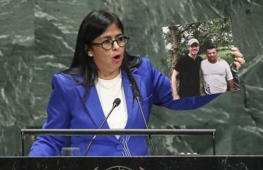 La vicepresidenta de Venezuela, Delcy Rodríguez, muestra una foto del líder opositor venezolano Juan Guaido con un presunto miembro del grupo paramilitar 'Los Rastrojos' cuando se dirigía a la Asamblea General de las Naciones Unidas en la sede de la ONU.