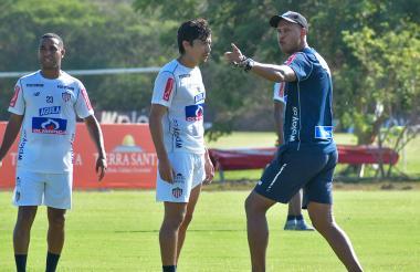 Roberto Peñaloza da indicaciones en la práctica.