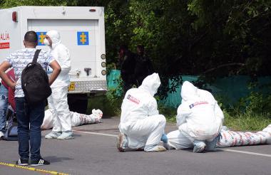 Momentos en los que agentes del CTI realizaban el levantamiento de los cuerpos en Las Flores.