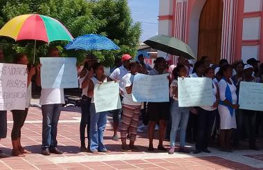 Los habitantes reunidos en la plaza municipal.