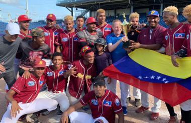 El equipo venezolano de Spartans con el trofeo.
