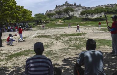 Un juego de béisbol y en el fondo la Ciudad Amurallada de Cartagena.
