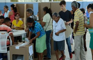 Una ciudadana deposita su voto en la urna en pasadas elecciones.