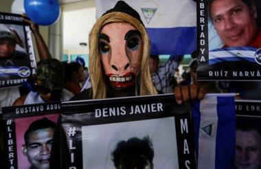 Un manifestante enmascarado reclama la liberación de presos políticos en Managua.
