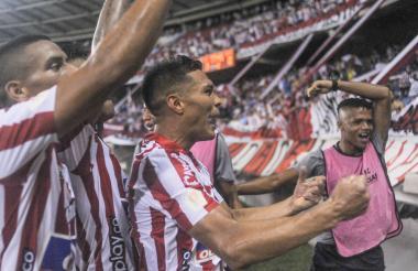 Teófilo Gutiérrez celebra con la tribuna un gol.