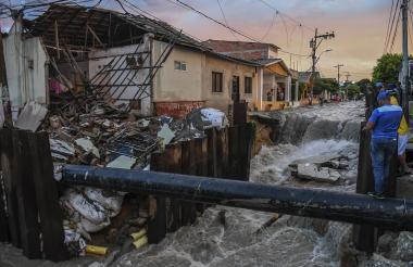 La corriente del arroyo socavó la vivienda que luego colapsó tras el aguacero que cayó ayer en Barranquilla.