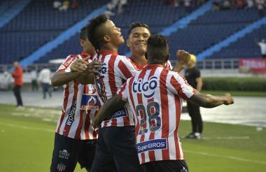 Luis 'El Chino' Sandoval celebra emocionado su tanto con Teo Gutiérrez, Edwuin Cetré y Gabriel Fuentes.