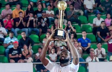 El armador estadounidense Xavier Roberson presentando el trofeo de campeones de los Titanes en el debut de la Liga de Baloncesto profesional ante los Piratas.