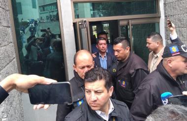 El odontólogo Javier Guillermo Cely Baraja llegando al Búnker de la Fiscalía.