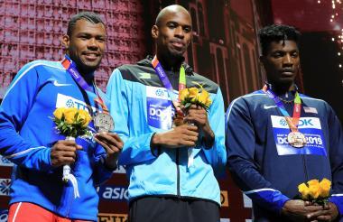 Anthony Zambrano en el podio luciendo su medalla de plata junto al bahameño Steven Gardiner (oro) y el estadounidense Fred Kerley (bronce).