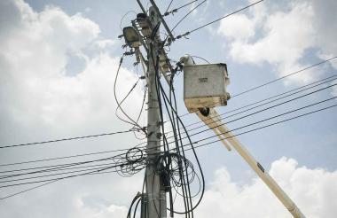 Operario de Electricaribe realiza mantenimiento.
