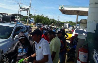 Usuarios aguardan para tanquear sus vehículos en una estación de servicios.