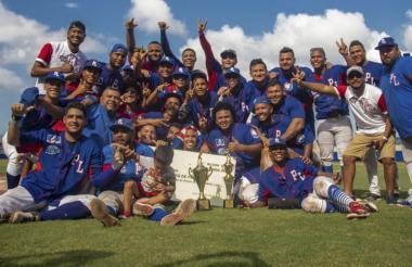 Pirringo Linero-Pelinor celebra con el trofeo.