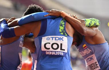 El equipo de relevo de Colombia reunido después una de sus carreras en el Mundial de Atletismo en Doha, Catar.