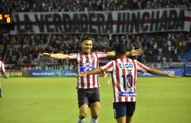 Teófilo Gutiérrez celebra con Luis 'Cariaco' González el tercer tanto del cuadro tiburón.