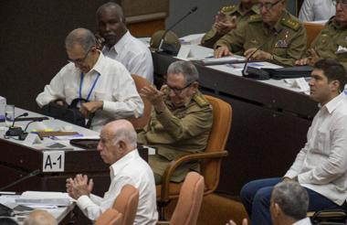 Raúl Castro (centro) en una sesión del Parlamento.