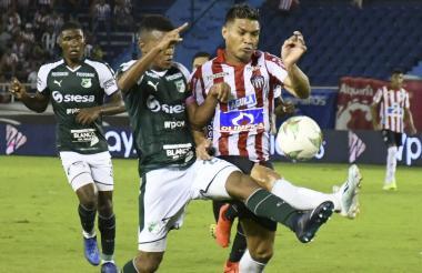 Teo disputa un balon con un jugador del Deportivo Cali.