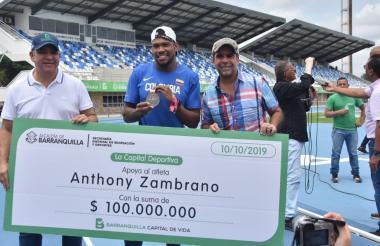 Anthony Zambrano recibiendo el cheque de manos del alcalde Alejandro Char y el secretario de Deportes José Álvarez.