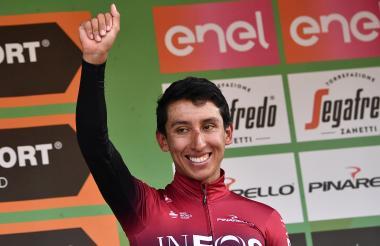 Egan Bernal celebra su tercera posición en el Giro de Lombardía.