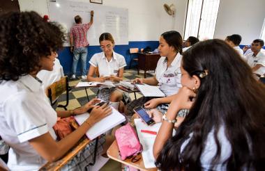 Un grupo de bachilleres de la Escuela Normal Superior La Hacienda interactúa en medio de una sesión de clases de inglés.
