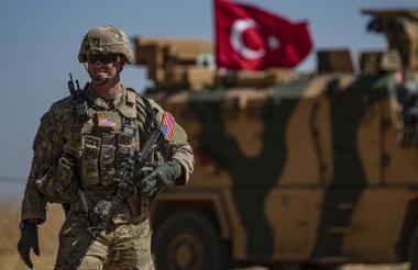 Un soldado estadounidense realiza guardia junto a una patrulla turca.