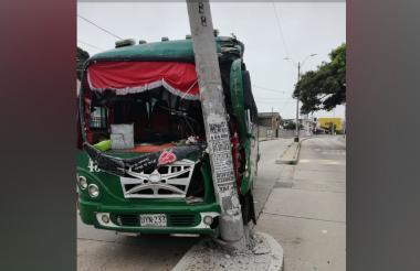 Estado en el que quedó la buseta tras chocar contra un poste de alumbrado público.