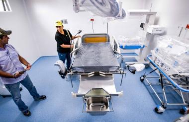 El alcalde Char explica la funcionalidad de los equipos en el hospital de la Ciudadela.