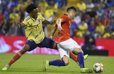 El mediocampista Juan Cuadrado compite con el defensor de Chile Oscar Opazo Lerma durante un amistoso.