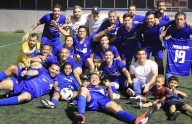 Los jugadores de Niupi FC celebrando el título.