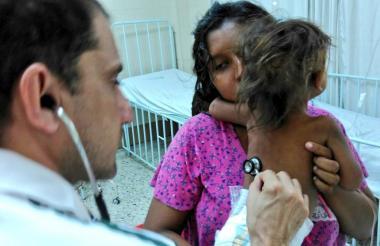 Una madre lleva a su hija al médico para conocer su estado de saludad. Imagen de referencia.