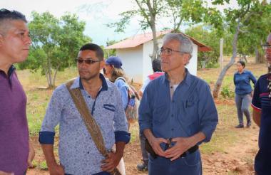 El exjefe de Farc Germán Gómez (a la izquierda) con Juan Manuel Hernández , víctima,  y el presidente de la Comisión de la Verdad, Francisco de Roux.