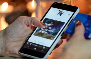 El celular es usado para hacer una compra en línea.